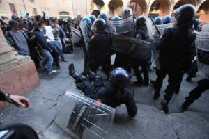 Bologna: police is routed from Piazza Verdi. Today it is our win!