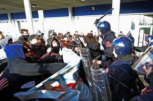 Bologna, workers and activists in picket shut the IKEA shopping outlet